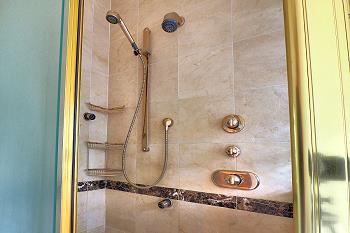 Salle de bains privée avec douche au premier étage.