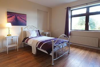 Chambre à deux lits au rez-de-chaussée.