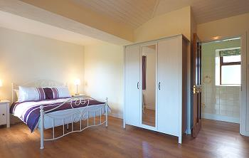 Chambre double avec salle de bains privée au rez-de-chaussée.