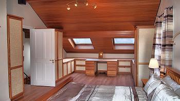 La chambre avec salle de bains privée au premier étage avec espace de travail.
