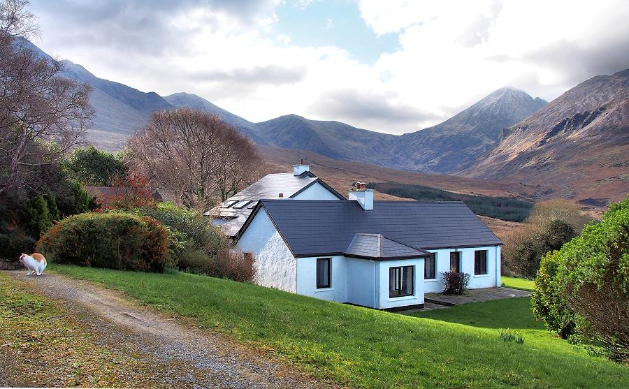 home courtyard kerry county photo accomodation killarney house ireland beaufort cottages page in header cottage and