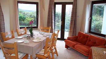 Cuisine ouverte avec partie salle à manger.