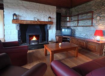 L'ameublement confortable et la cheminée.