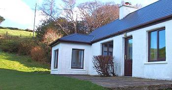 La terrasse ouverte avec vue sur Dingle, accès depuis le salon.