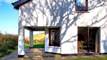 La terrasse couverte, accès depuis la cuisine.
